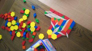 幼児の家庭での過ごし方。知育教材が玩具がわりになっています