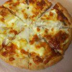 ふるさと納税で届いたピザを楽しむ食卓